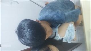 [國語對白]中學生露臉自拍在廁所幹女同學!!! 我國中在幹嘛QQ!?~