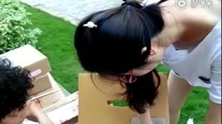 居然沒穿胸罩!女子忙著包貨領口洩春光!兩粒葡萄乾隨著動作一起晃:想把你包回家