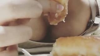 騷女吃甜甜圈吃相好煽情 靈活舌尖配上熟練吸吐動作:拿我的熱狗填飽妳