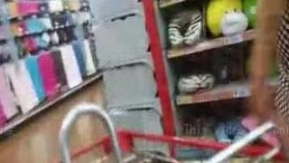 [超市自拍]無聊跟情人跑去大賣場,順便拍養眼畫面,旁邊還有人超刺激(有影)