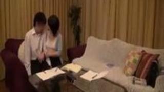 【無料動画】「舌でベロベロされるとどう?」美居乳人妻が童貞クンにドeroいベロキス指導!