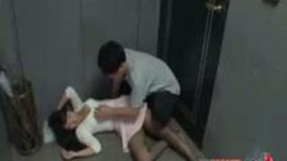【エロ動画】 巨乳・縛乳のぎゃるdouga眠る巨乳おっパイ女を廊下でファック。あそこにビール瓶を突き刺して気持ち良~くさせておいてから奉仕させる