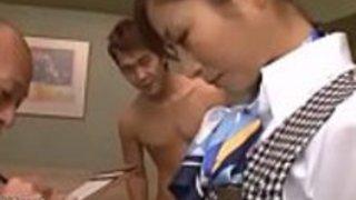 日本人メイドはホテル内で2人のクライアントを喜ばせるべき - もっとElitejavhd.com