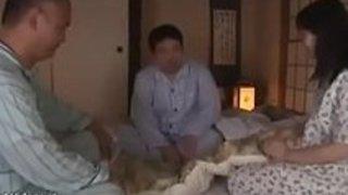両親が眠っている間、日本の十代のファック