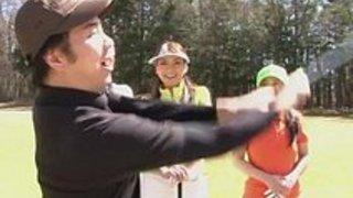 日本のティーン・ゴルフの娼婦たちは、二人の男でティーンエイジとクリームに襲われる
