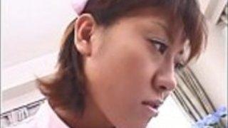 魅力的なアジアの看護師は、すべてのfoursにねじ込ま