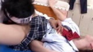 小柄な日本の女子高生は彼女の古い先生に誘惑される