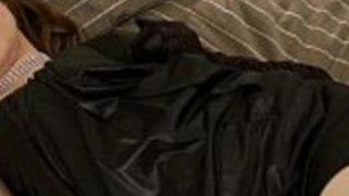 Glamのアイドルゆりあは黒のサテンとラインストーンで彼女の官能的なカーブを披露します