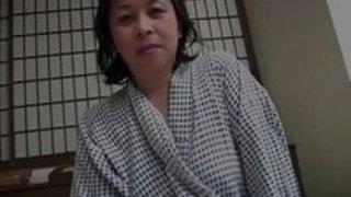 【無料熟女動画】艶めかしい浴衣姿の高齢熟女が3P交尾で上下の口を責められ卑猥な喘ぎ声を漏らす…