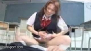 ホット日本の女子生徒が一緒に1つの幸運老人素敵口頭喜びを与えます