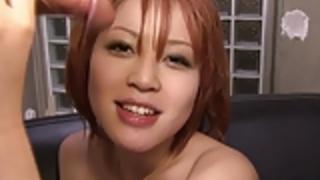 彼女のセクシーなお尻と大きなTを披露汚い赤毛アジア可愛い人
