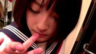 【小倉ゆず】中年オヤジにスケベプレイを命ぜられザーメンを顔で受け止める従順な巨乳美人娘!