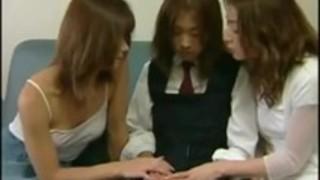 日本の女の子の舌はセックスシーンにキスをする