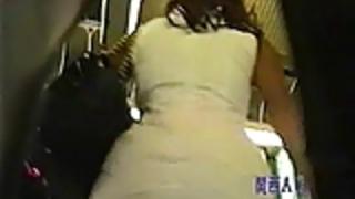 短いスカートを身に着けている地下鉄の下着