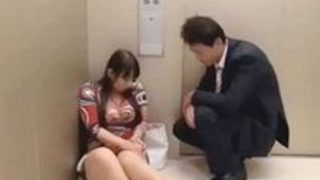 村上涼子》ぽっちゃり豊満な四十路熟女と故障エレベーターに閉じ込められたらヤルしかないw